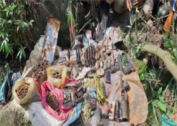 ਜੰਮੂ-ਕਸ਼ਮੀਰ : ਰਾਜੌਰੀ 'ਚ ਅੱਤਵਾਦੀ ਟਿਕਾਣੇ ਦਾ ਪਰਦਾਫਾਸ਼, ਹਥਿਆਰਾਂ ਦਾ ਜ਼ਖੀਰਾ ਬਰਾਮਦ