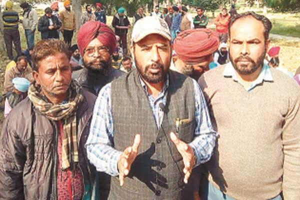 contract workers union protested against non implementation of court verdict