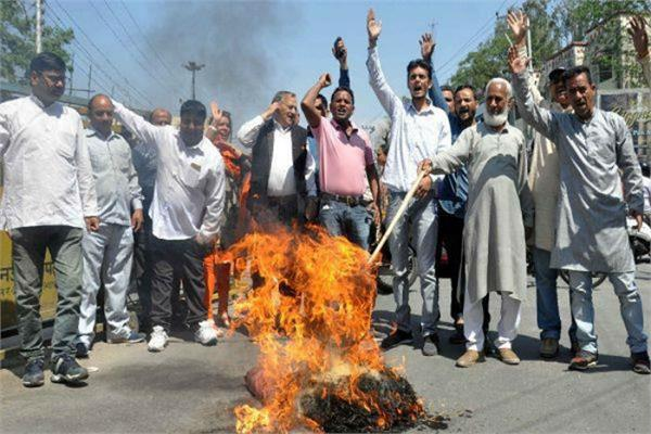 lathi charge  resistance  burns  pupil