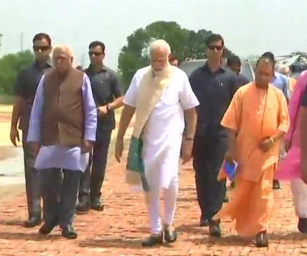 up pm modi arrives in mirzapur