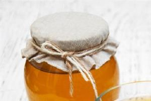 honey mixes with warm water