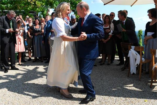 vladimir putin attends austrian foreign minister  s wedding