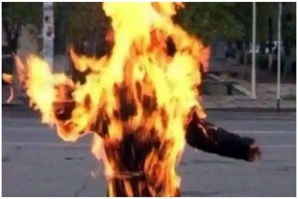 delhi  a man dies after burn himself at police station