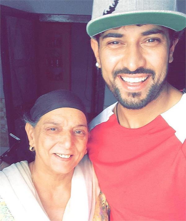 garry sandhu share emotional massage for mother