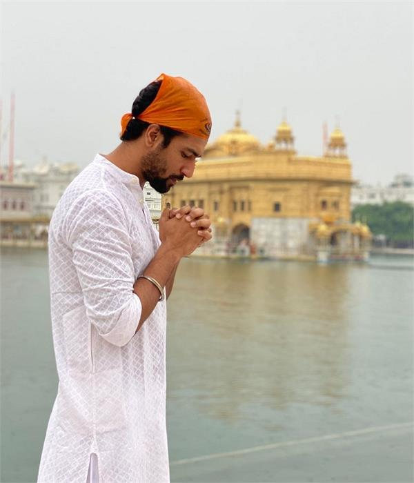 vicky kaushal offers prayers at golden temple in amritsar