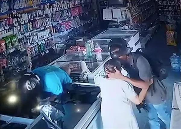 the robbers who came to rob the store won the hearts of all