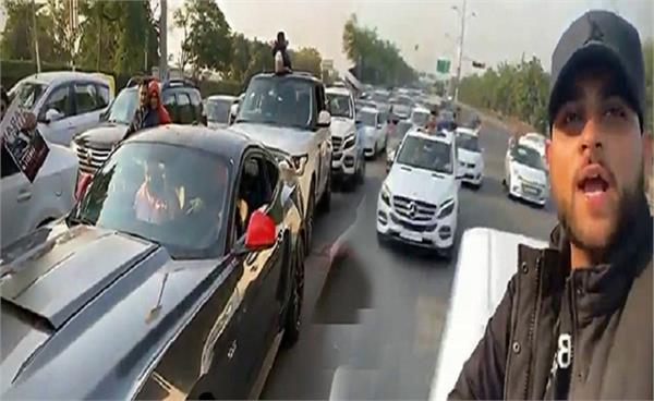 hand to hand notice to those who break traffic rules in singer