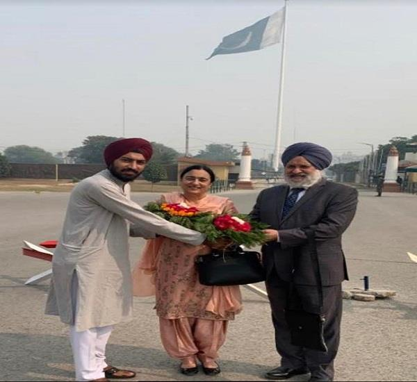 dr surinder singh gill his wife warm welcome at wagah border