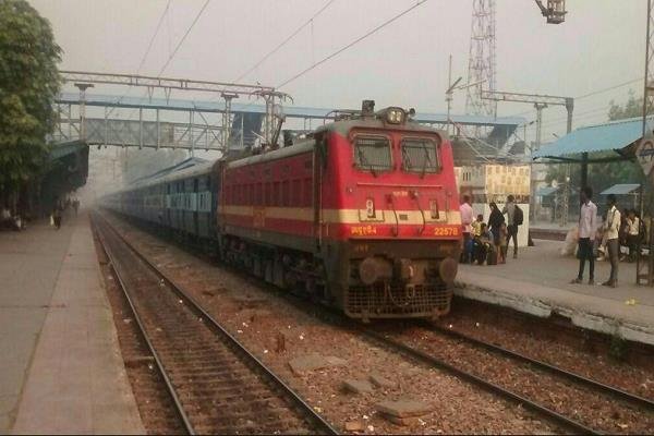 railways spend rs 98 44 on fy2017 18 to earn rs 100 cag report
