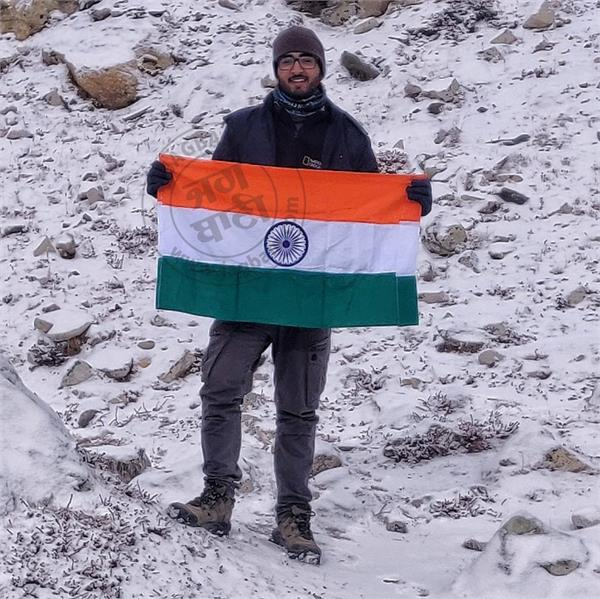 mount everest flag ashish mani