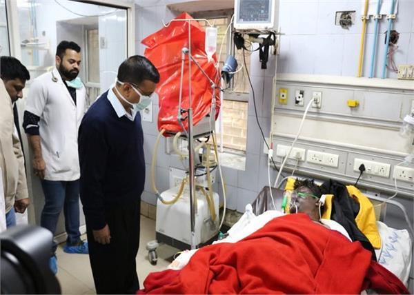 delhi fire incident arvind kejriwal met the injured