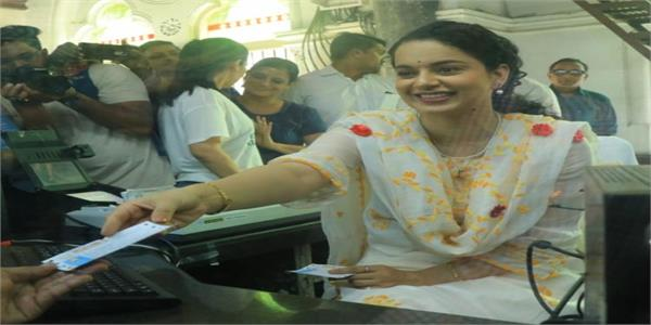 kangana ranaut turns into a ticket vendor at cst station to promote panga