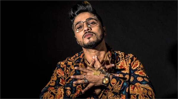 rapper raftaar passionately protests against caa in front of huge crowd