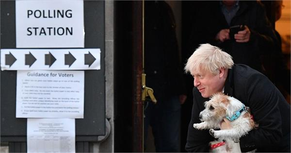 uk elections boris johnson arrives to cast his vote with his dog
