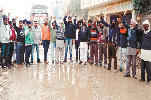 people protested due to road condition