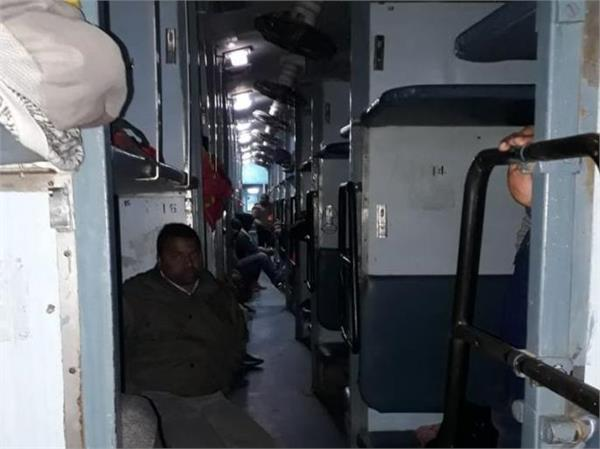 30 lakh loot in delhi bhagalpur express