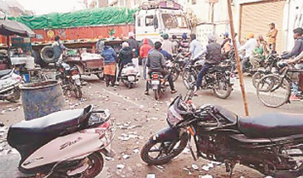truck loaded on lahore road  people get disturbed