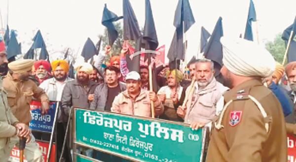 the electricity workers displayed black flags to manpreet badal