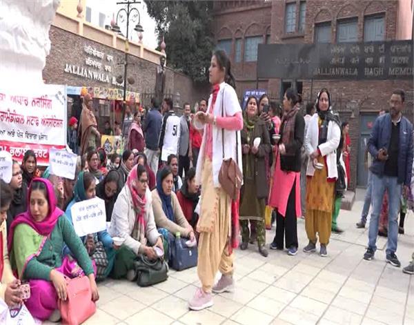 amritsar  medical college  nurses  protest