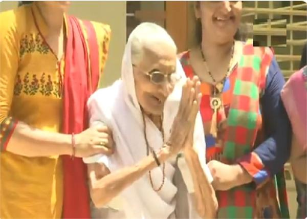 narendra modi  s mother heeraben modi greets the media