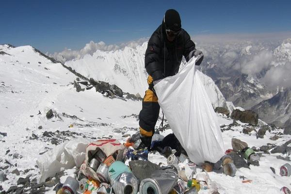 mount everest four bodies 11 tons rubbish
