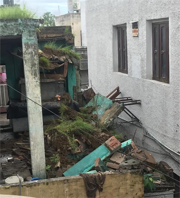 due to heavy rains  the house collapsed in ratnapura