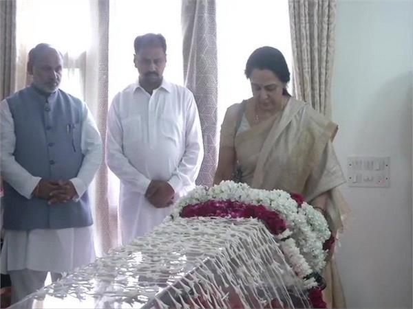 hema malini pays tribute to former external affairs minister sushma swaraj