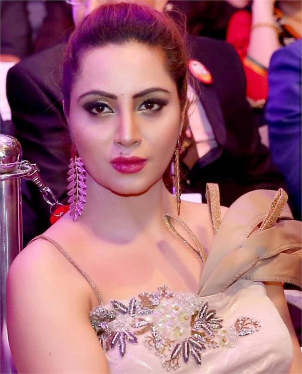 ex bigg boss contestant arshi khan resigns from congress