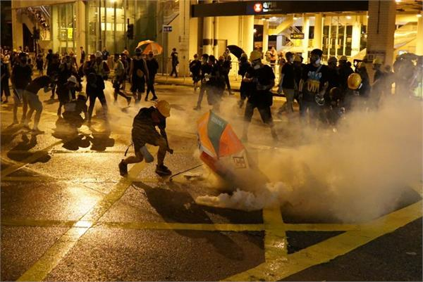 hong kong police  protesters release tear gas shells