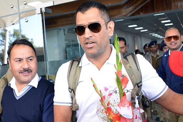 fans at dhoni  ranchi airport arrive home  video
