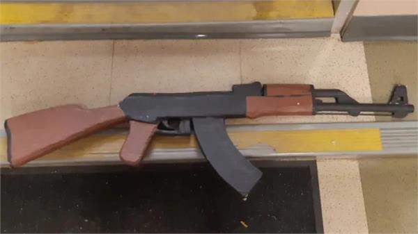 paper mache gun causes alarm at u of c campus