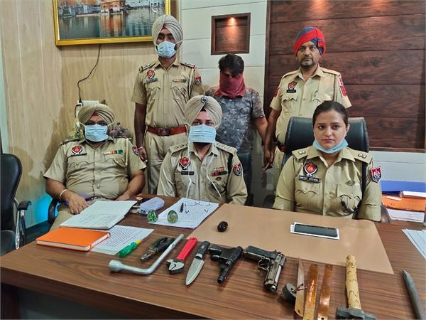 14 lakh cash robbers  1 arrested