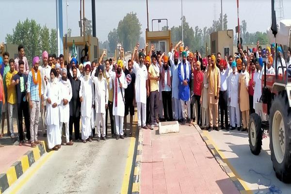 farmers stage dharna at toll plaza on moga jalandhar