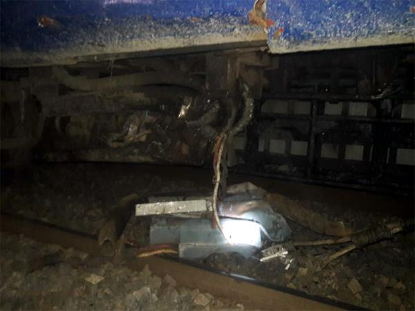 gorakhpur kolkata puja special train derailed  helpline number released