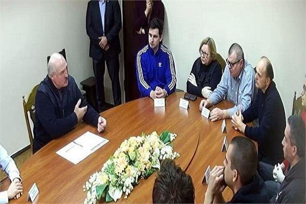 protests in belarus  with the president meeting with protesters in prison