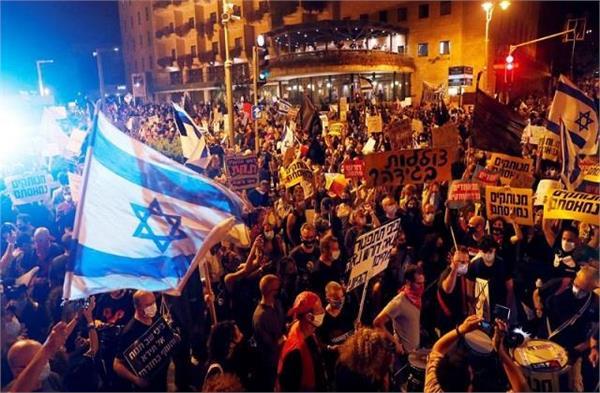 thousands rally outside israel pm benjamin netanyahu s residence