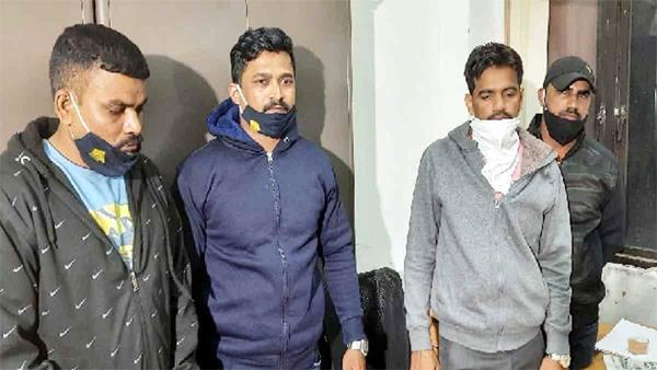 4 policemen of mumbai police arrested taking bribe of 2 lakhs