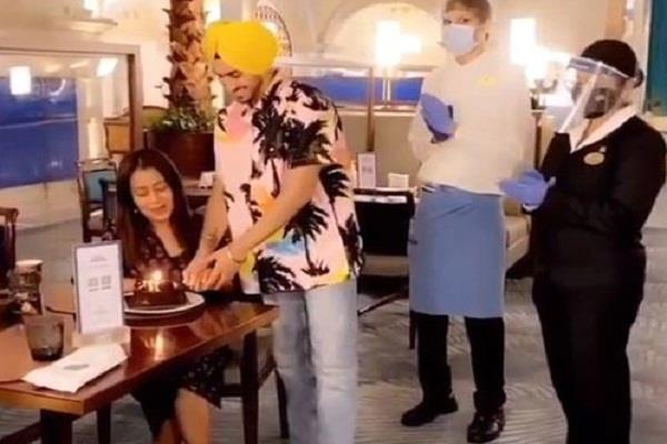 neha and rohan cut the cake at the romantic dinner the video went viral