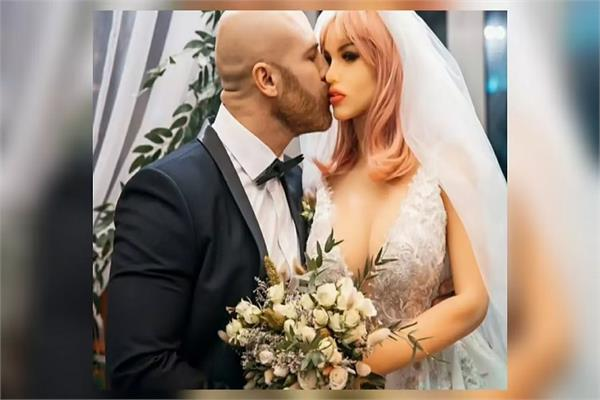 bodybuilder arranges wedding with doll with rituals meets at club