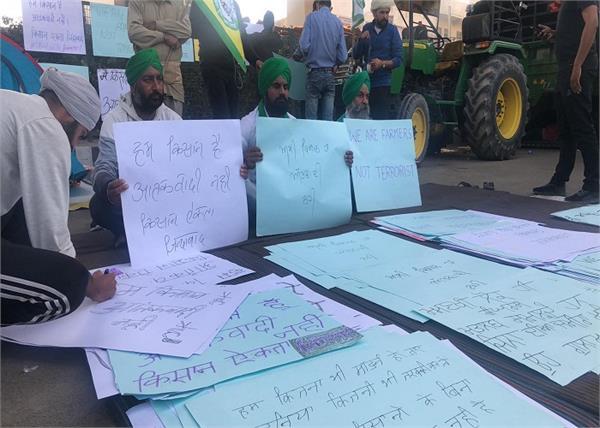 farmers protest in delhi slogan written the poster