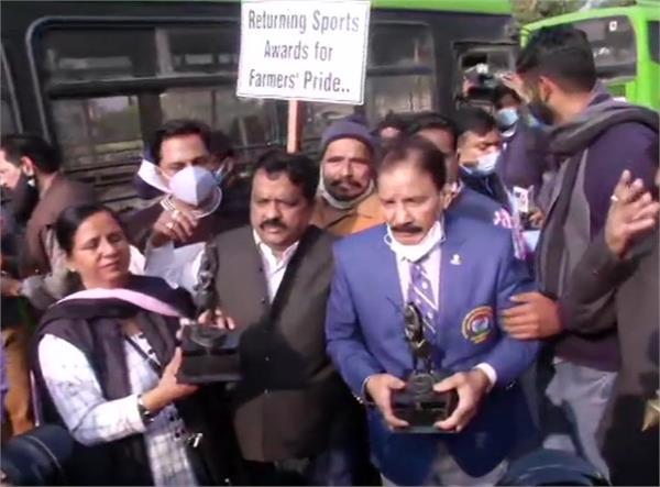 farmers protest award returning rashtrapati bhavan sports persons police stopped