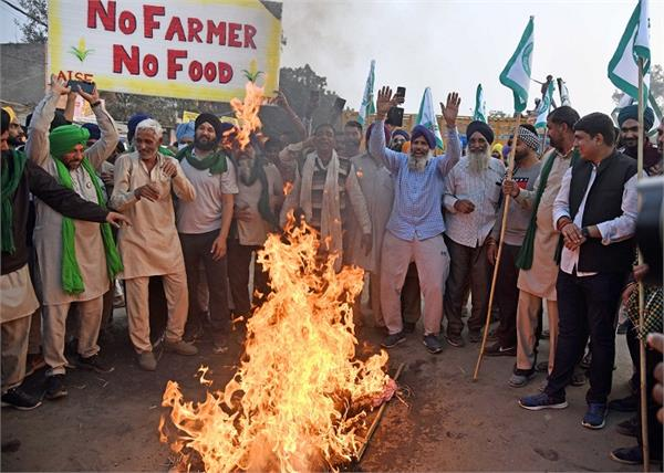 farmers burn an effigy of narendra modi against farm laws