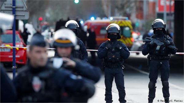 an assailant stabbed a man to death in a paris park