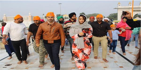 varun dhawan shraddha kapoor pray at gurudwara bangla sahib in new delhi