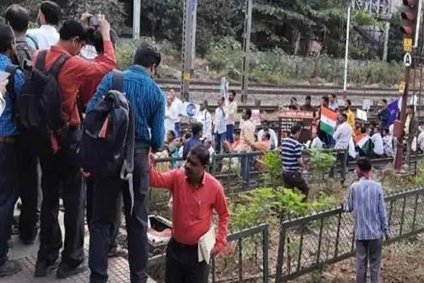 caa nrc issue mumbai local train protestors commuters clashes