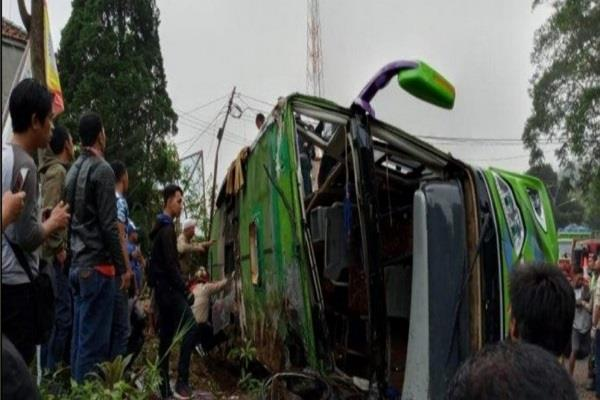 indonesia 8 killed  bus accident