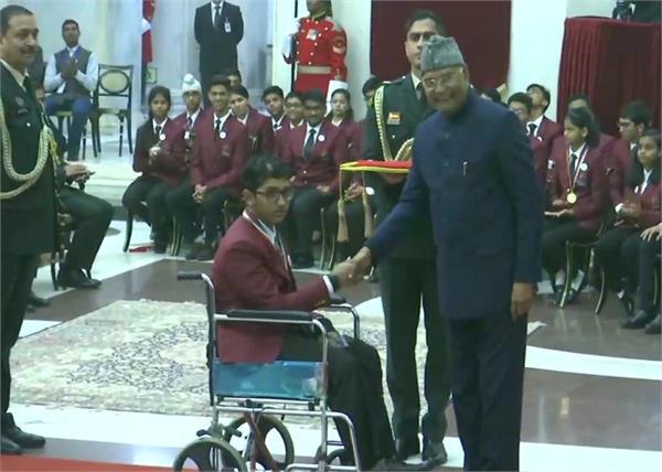 president presents national bravery award