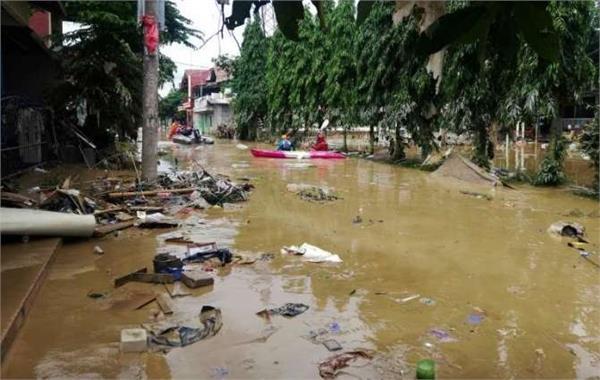 indonesia floods kill 43  many missing