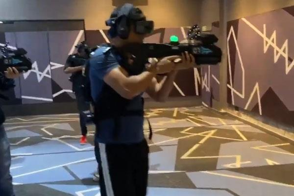 ms dhoni took out time to enjoy virtual reality games with friends