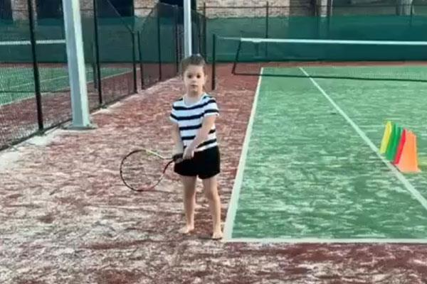 the daughter of david warner who played cricket with the tennis racket